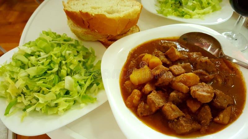 Goulash με την πράσινα σαλάτα και το ψωμί στοκ φωτογραφία με δικαίωμα ελεύθερης χρήσης
