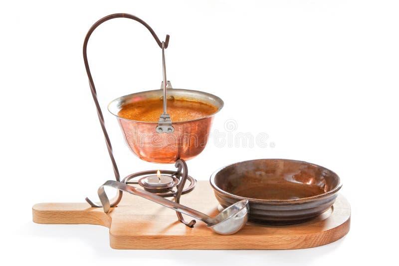 Goulash σούπα σε ένα δοχείο με την κουτάλα και το πιάτο στοκ φωτογραφίες