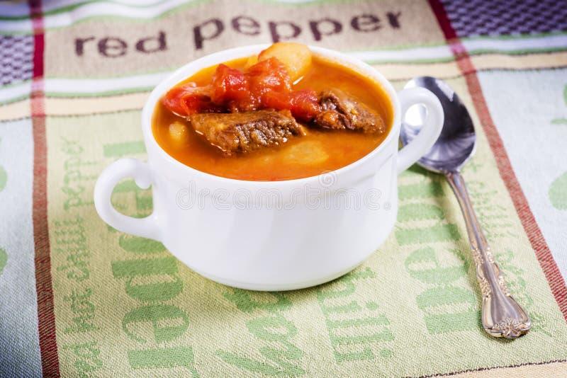 Goulash σούπα στον πίνακα στοκ φωτογραφίες