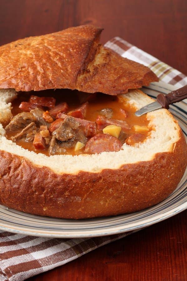 goulash ψωμιού κύπελλων σούπα στοκ φωτογραφία