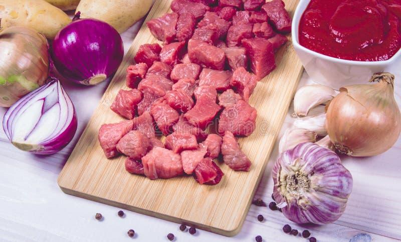 Συστατικά για την προετοιμασία παραδοσιακό ουγγρικό goulash στοκ εικόνες
