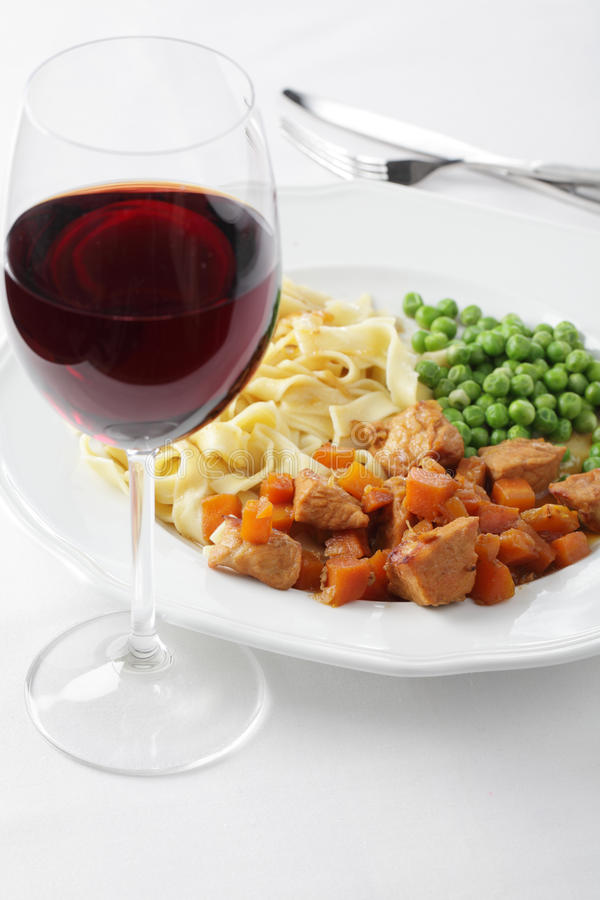 A goulash com decora e wine imagens de stock royalty free