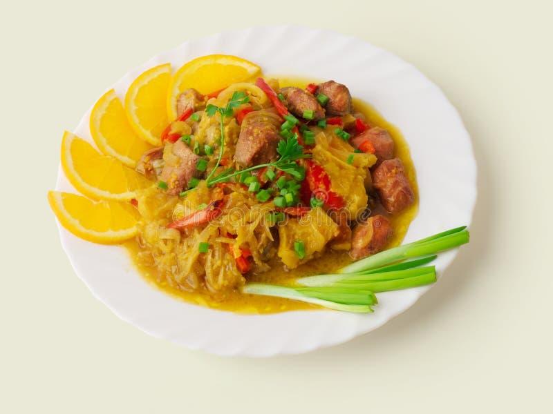 Goulash della carne con cavolo, arancio? immagini stock