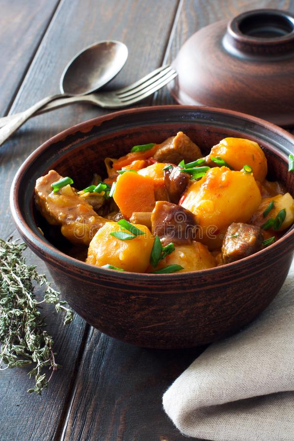 Goulash di manzo con le patate, le carote ed i funghi fotografie stock libere da diritti
