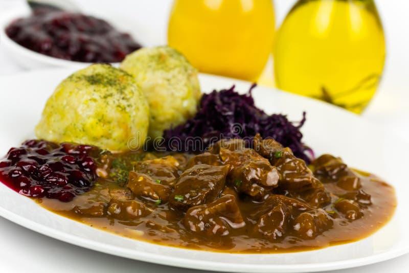 Goulash do Venison do gourmet com bolinhos de massa grandes fotos de stock royalty free