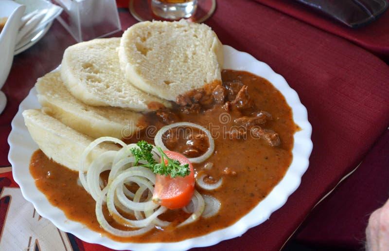 Goulash gastronomico della carne di cervo con gli gnocchi e la cipolla del pane immagine stock