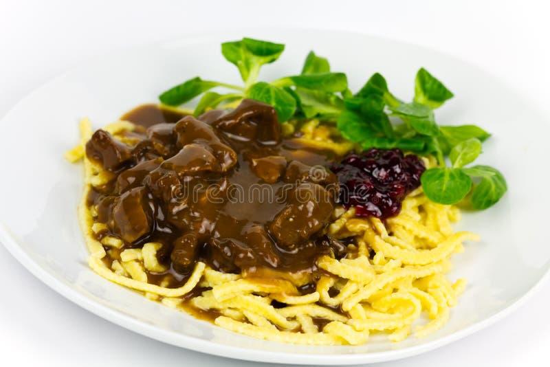 Goulash gastronomico della carne di cervo con pasta immagine stock