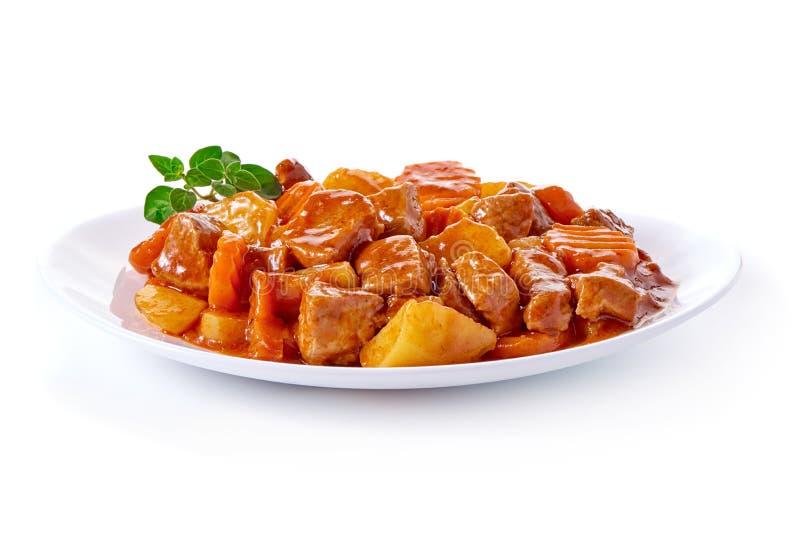 Goulash, guisado de carne com as batatas, isoladas no fundo branco foto de stock
