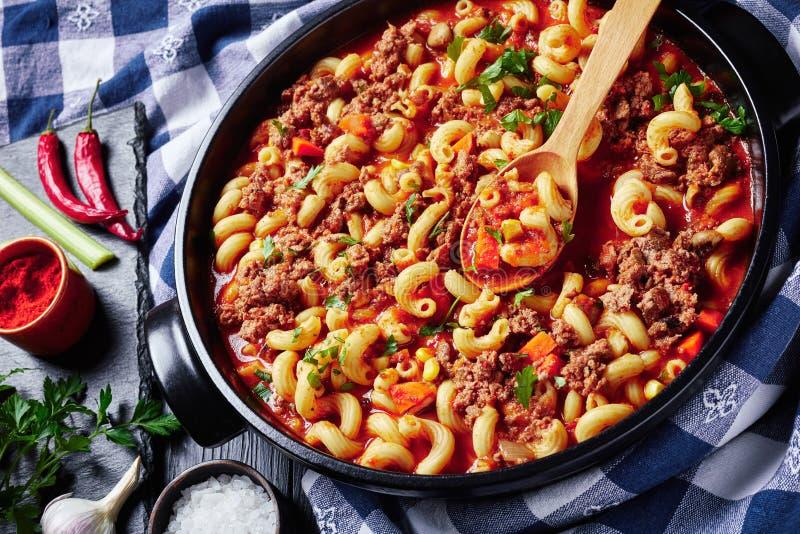 Goulash of macaroni, beef, selleri and tomater arkivfoton