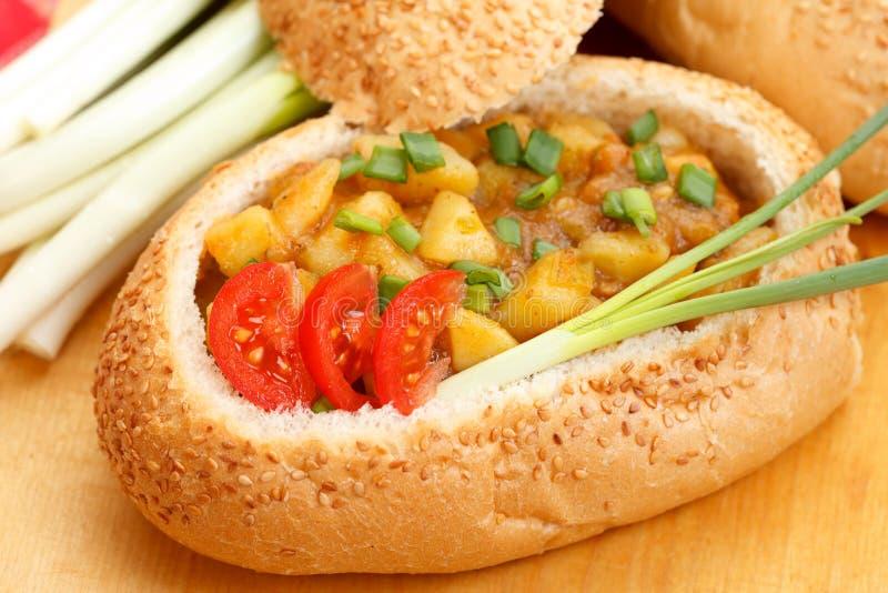 Goulash na bacia do pão imagem de stock