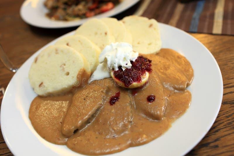Goulash na białym talerzu obraz stock