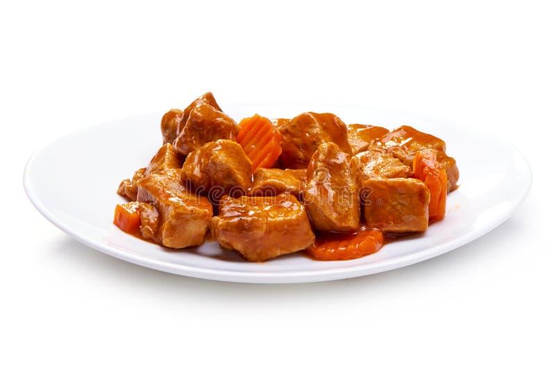 Goulash, stew βόειου κρέατος με το καρότο, που απομονώνεται στο άσπρο υπόβαθρο στοκ εικόνες
