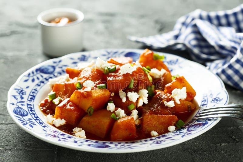 Goulash vegetariano casalingo della patata con formaggio fresco immagini stock libere da diritti