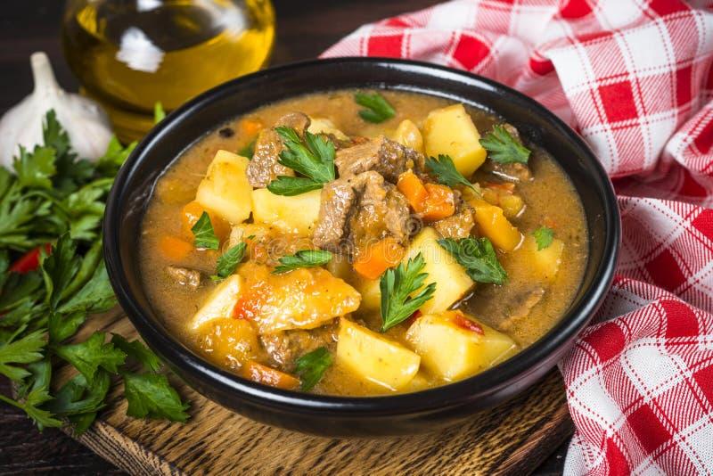 Goulash z mięsem i warzywami Wołowina gulasz zdjęcie royalty free