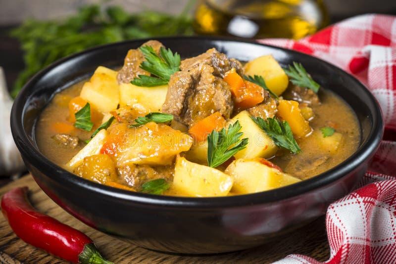 Goulash z mięsem i warzywami Wołowina gulasz zdjęcie stock