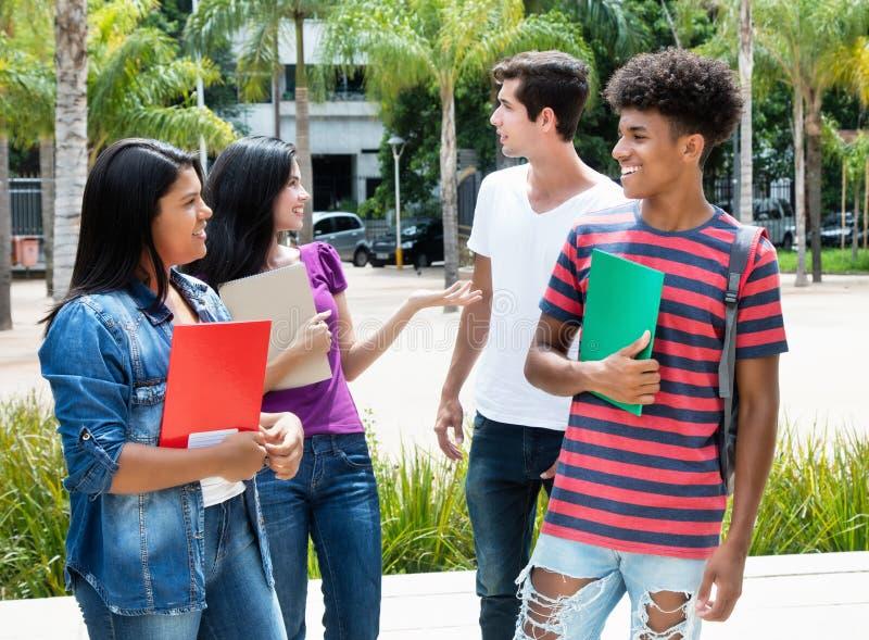Goup говорить международным студентам стоковое фото rf
