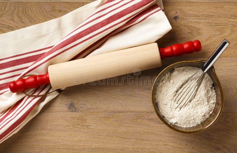 Goupille avec la serviette de plat rayée rouge et blanche classique de coton photo stock
