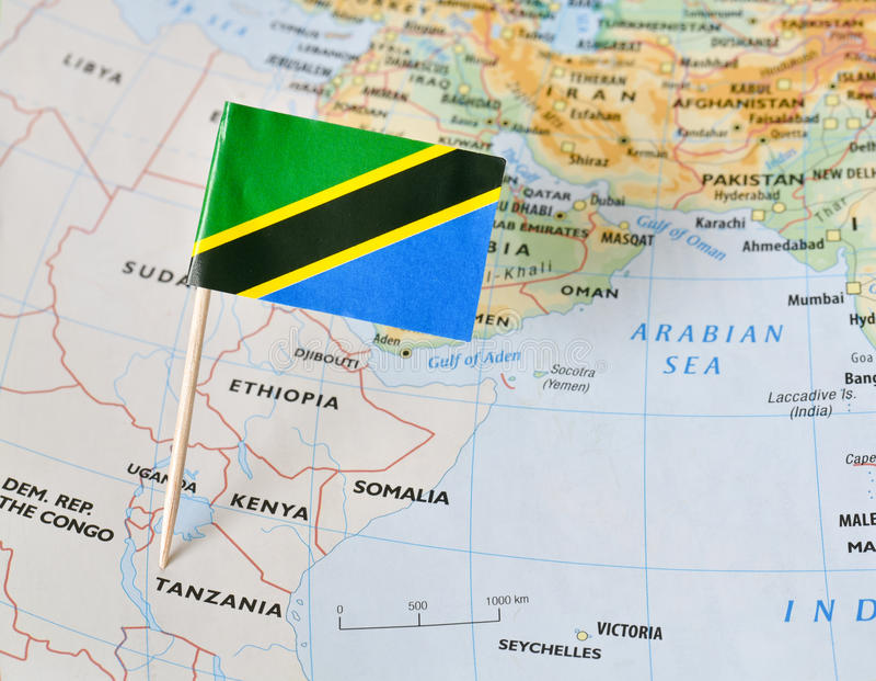 Goupille de drapeau de la Tanzanie sur la carte photos libres de droits