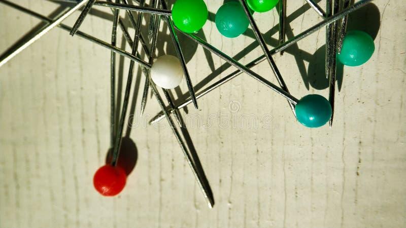 Goupille multicolore sur le blanc punaise r?gl?e dans diff?rentes couleurs du bouton, al?atoirement macro plan rapproch? photos stock
