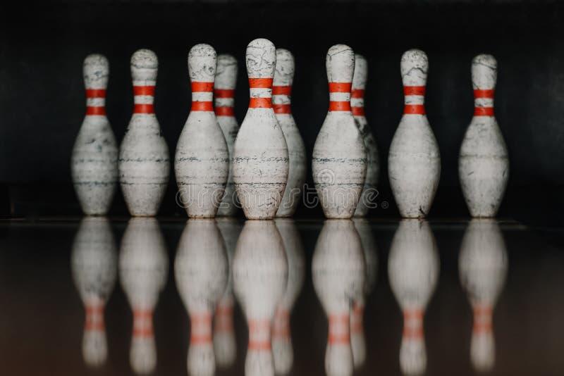 goupilles de bowling sales dans la porte avec la réflexion dans le plancher poli image libre de droits