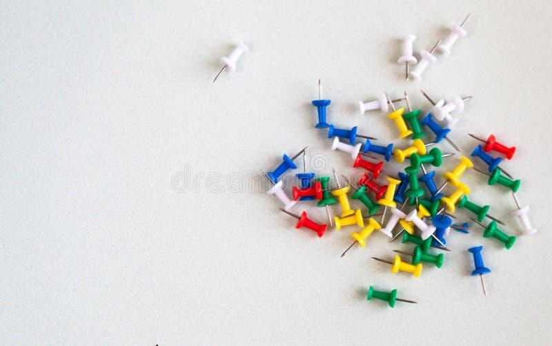 Goupilles de bureau sur le fond blanc Vue de ci-avant image libre de droits