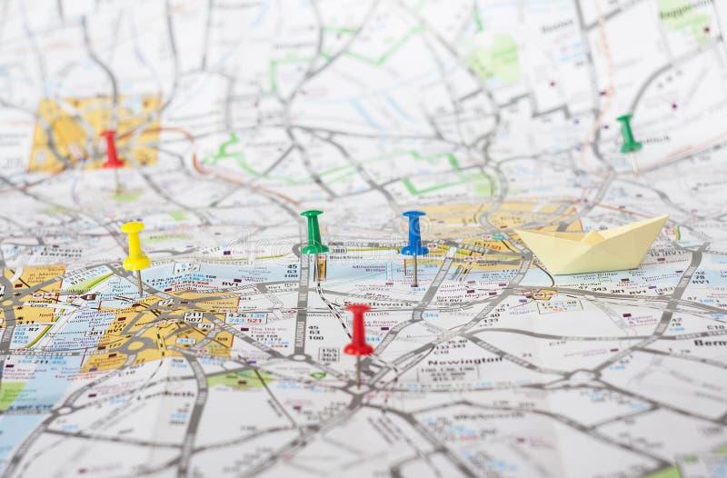 Goupilles de voyage sur la carte de Londres photo stock