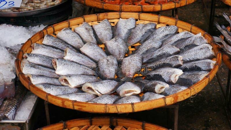 Gourami de Sepat Siam ou de peau de serpent dans le panier de battage ou le panier de riz-vannage photos libres de droits