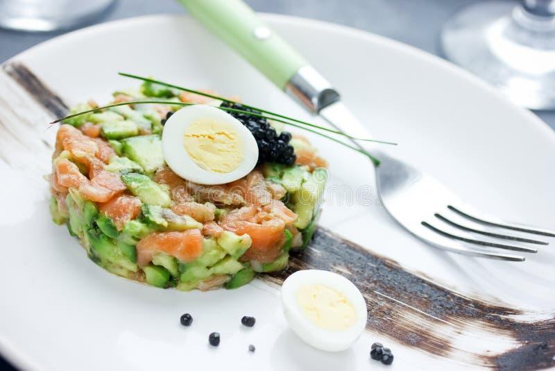 Gourmet- aptitretare - lax som är tartare med avokadot arkivbild