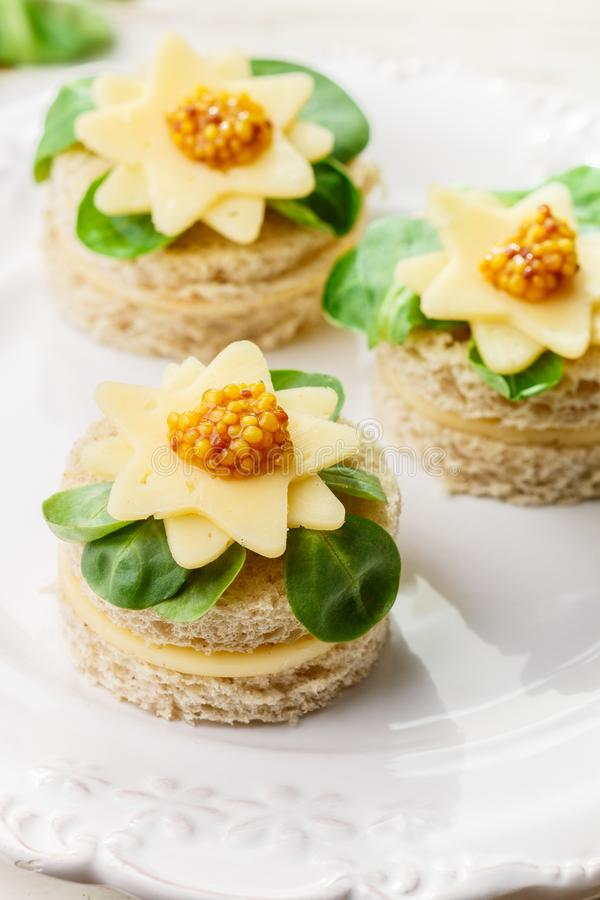 Gourmet- canapés av bröd med ost, örter och söt senap Smakligt mellanmål för gourmet i en vit platta antihistaminen selektivt royaltyfri fotografi