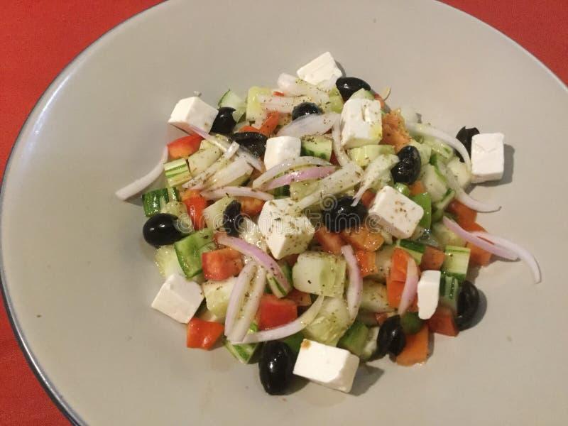 Gourmet do vegetariano Salada grega fresca delicioso fotografia de stock royalty free