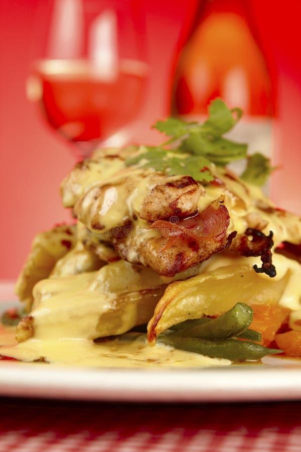 Gourmet extravagante prato mergulhado do restaurante da galinha imagens de stock royalty free