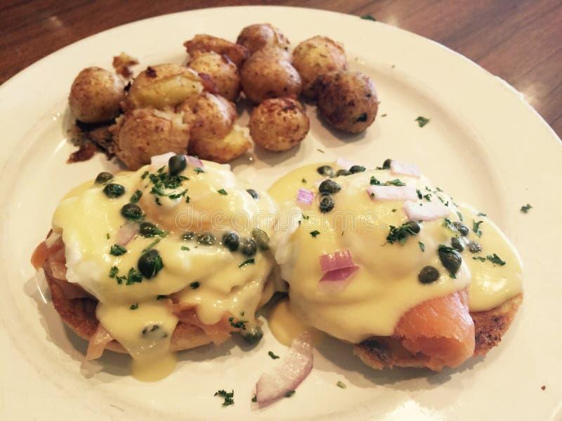 Gourmet- frukostmål av potatisar och laxen royaltyfria foton