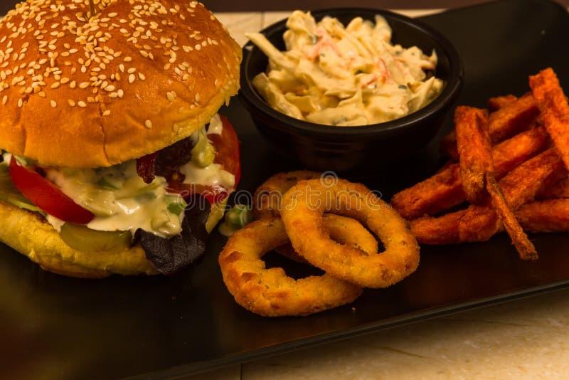 Gourmet- hamburgare i sesam kärnad ur briochebulle arkivbilder