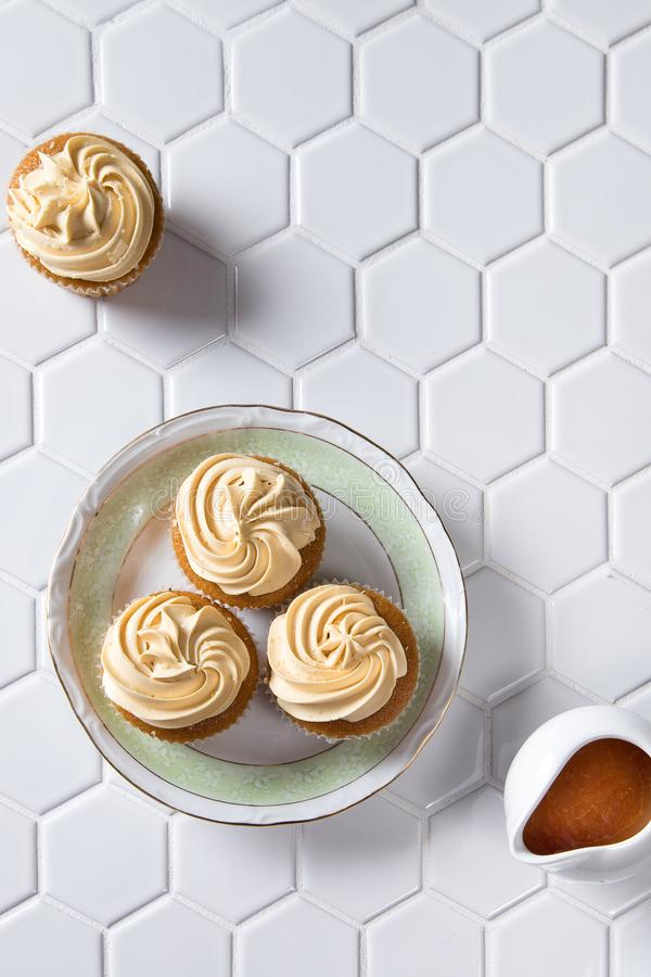 Gourmet- karamellmuffin med karamellsås royaltyfria foton