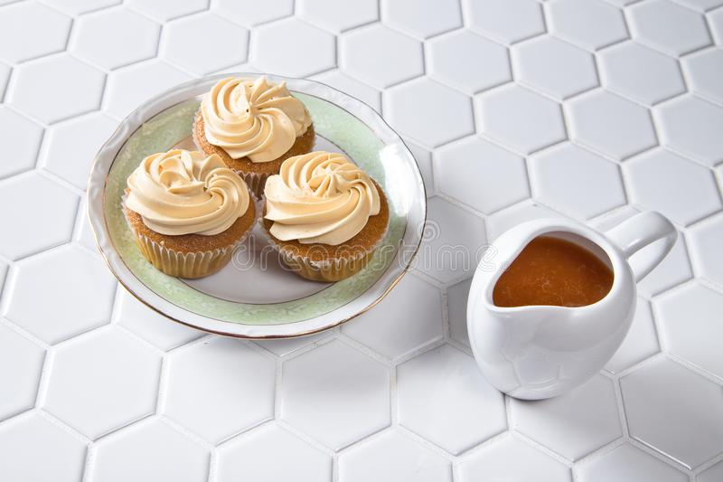 Gourmet- karamellmuffin med karamellsås royaltyfri fotografi