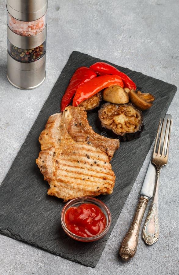 Gourmet- matställe Grillat kött och grillade grönsaker royaltyfria bilder