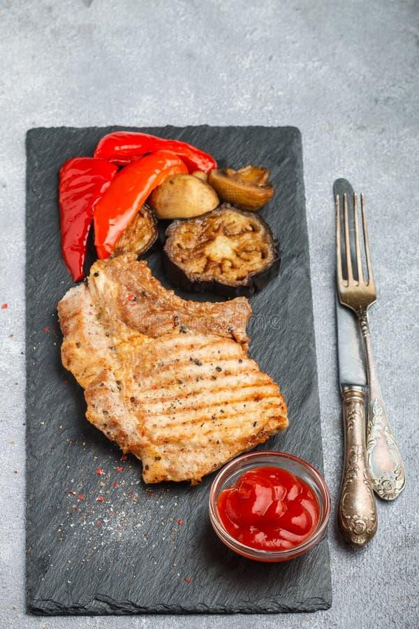 Gourmet- matställe Grillat kött och grillade grönsaker arkivbilder
