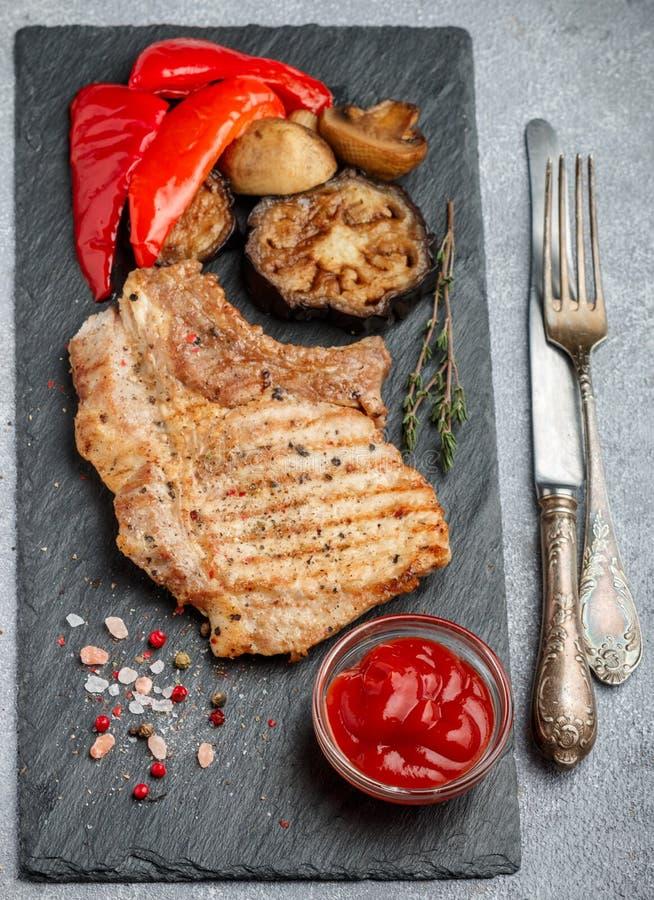 Gourmet- matställe Grillat kött och grillade grönsaker arkivfoto