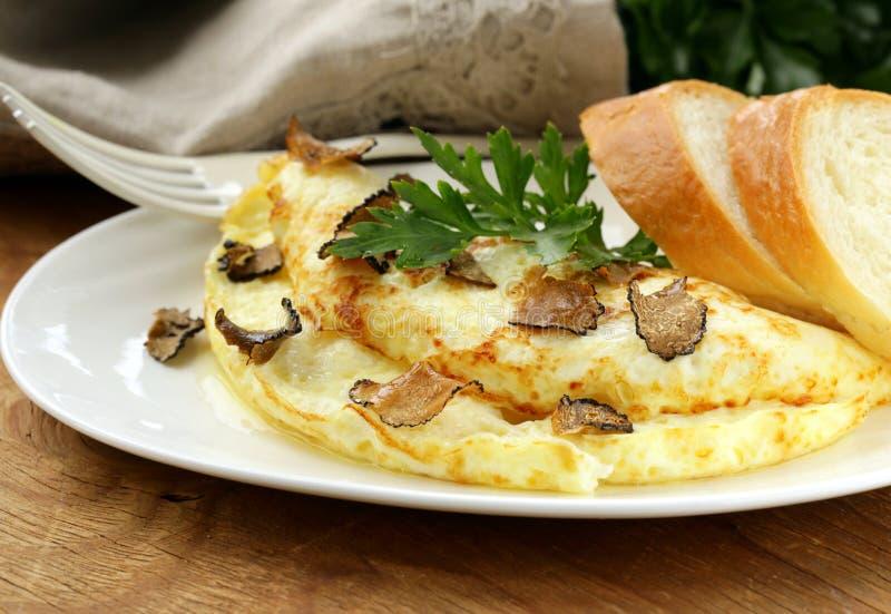 Gourmet- omelett med den svarta tryffeln arkivbilder