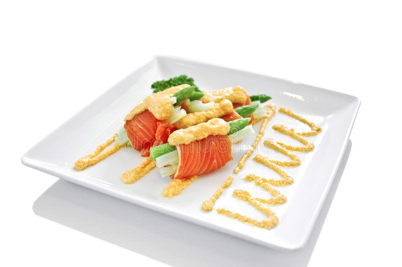 Gourmet rökte laxen, och rullar isolerad grön veggie för sparris japansk stil royaltyfri bild