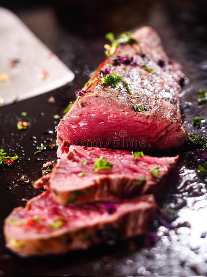 Gourmet skivat sällsynt steknötkött arkivbild