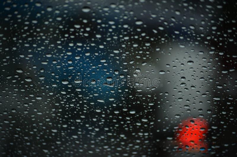 Gouttelettes d'eau de pluie sur un pare-brise photo libre de droits