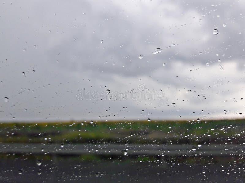 Gouttelettes d'eau sur la fenêtre de voiture photos stock