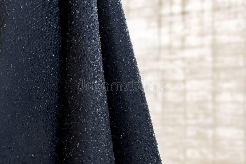 Gouttelettes d'eau sur le tissu bleu abrégez le fond photographie stock libre de droits