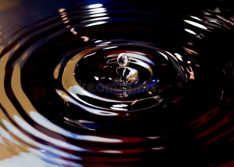 Gouttes de l'eau avec la couleur abstraite photos stock