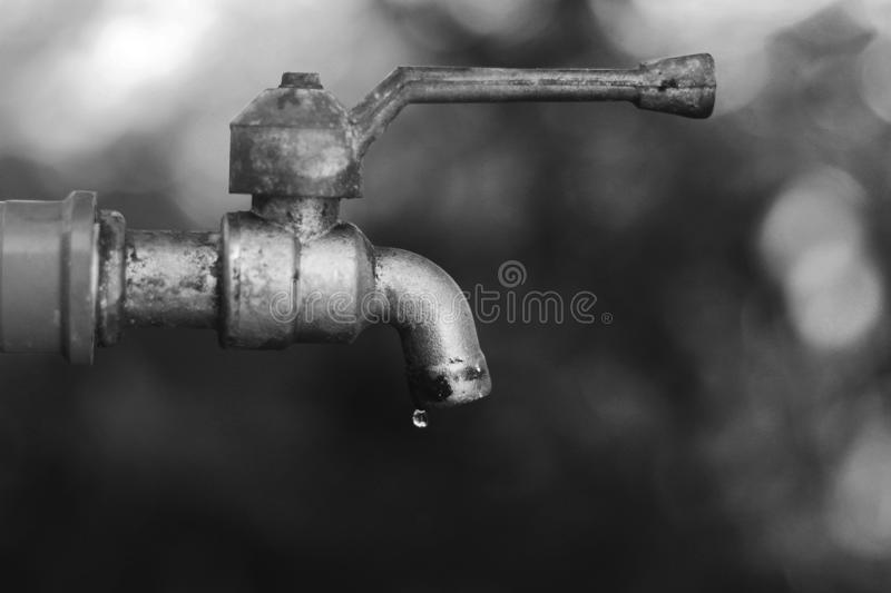Gouttes de l'eau du vieux robinet images libres de droits