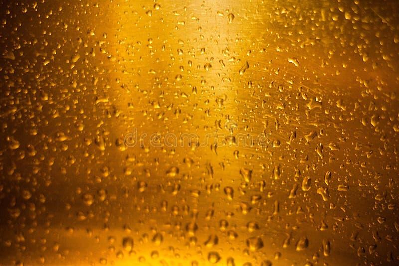 Gouttes de l'eau sur un verre de bière Fond, texture Foyer sélectif images stock