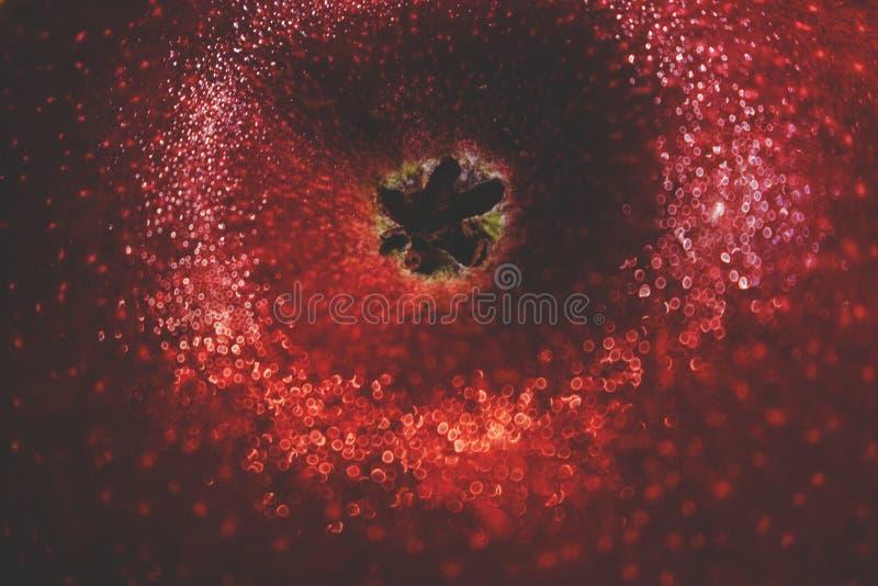 Gouttes de l'eau sur une pomme mûre rouge Macro concept de boke wallpaper photographie stock