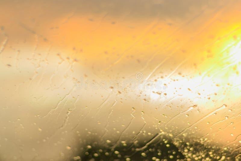 Gouttes de pluie sur la glace Rayons de Sun et pare-brise de voiture de forêt image libre de droits