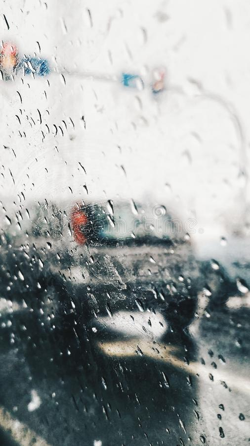 Gouttes de pluie sur la voiture de fenêtre Vue de voiture sur la route pendant le jour pluvieux photo stock